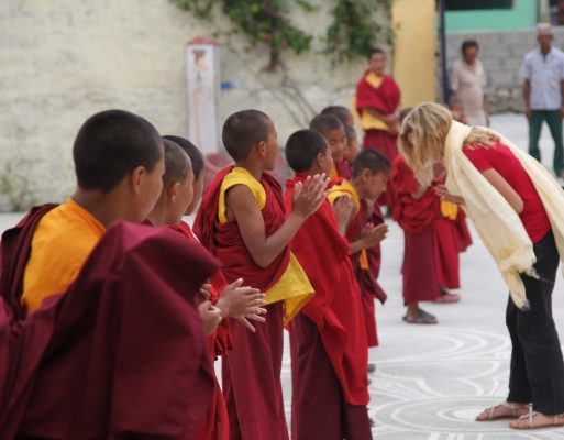Karmalaya-Gründerin Tina Eckert im Kloster in Nepal.