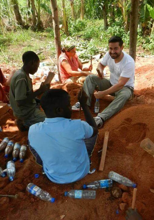 Matthias Eckert mit anderen Helfern beim Bauen