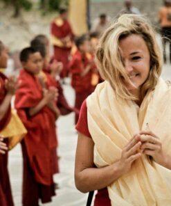 Tina Eckert mit Mönchen im Hintergrund