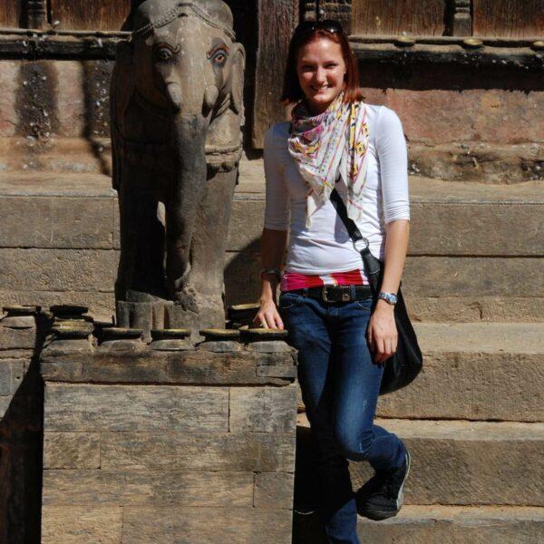 Volontärin beim Sightseeing in Nepal mit Karmalaya