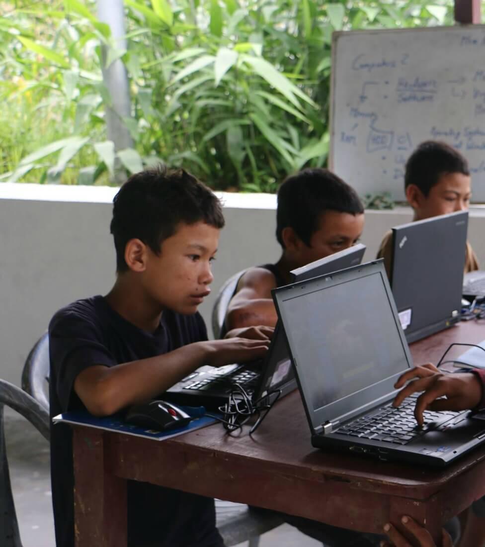 Kinder sitzen vorm Computer