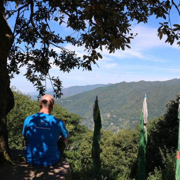 Mann genießt die Aussicht in Nagi Gumba