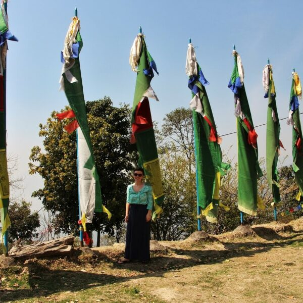 Avena vor Gebetsfahnen in Nagi Gumba