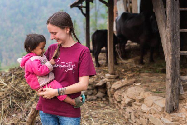 Voluntärin bei ihrem Freiwilligeneinsatz mit Karmalaya in einem Dorf in Nepal.