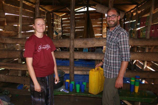 Freiwillige bei der Essensausgabe im Kinderbetreuungsprojekt in Zentraluganda