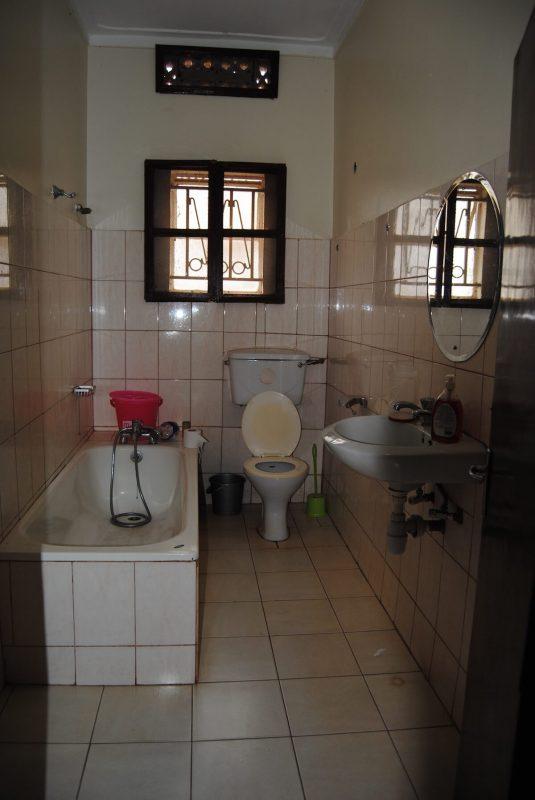 Badezimmer für Volontäre im Karmalaya Haus in Kampala