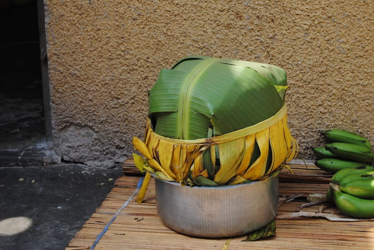 Kochen eines Nationalgerichts im Volontärhaus in Kampala