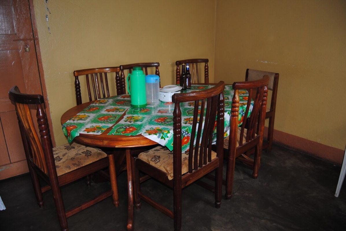 Esszimmer für Volontäre im Karmalaya Projektdorf in Uganda