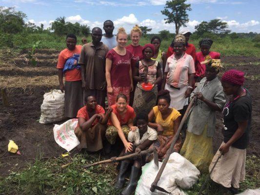 Karmalaya Volontäre & Mitarbeiter beim Farming in Uganda
