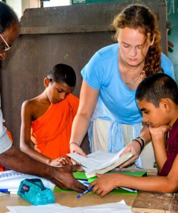 Volontärin beim Unterrichten im Klosterprojekt