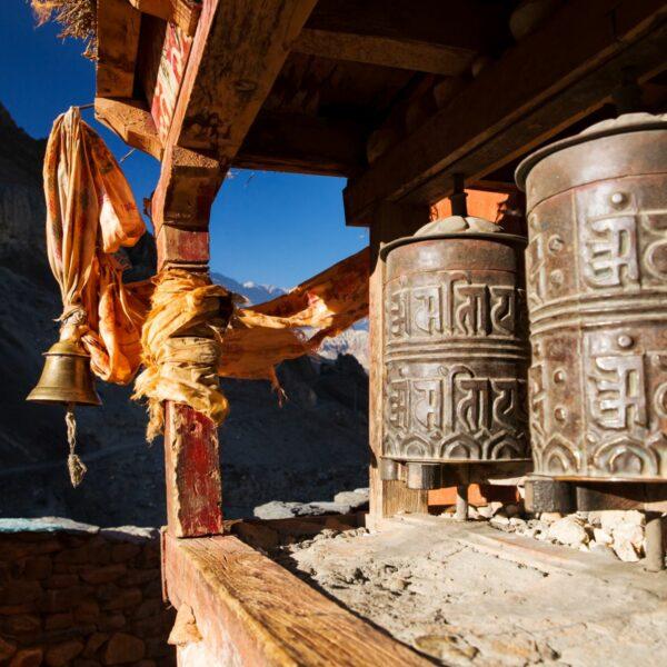 Glocke und Gebetsmühlen in Kagbeni, Mustang, Nepal